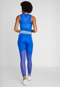 Nike Performance - CROP TANK - Funktionsshirt - game royal/black - 2