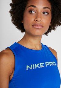 Nike Performance - CROP TANK - Tekninen urheilupaita - game royal/black