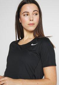 Nike Performance - W NK CITY SLEEK TOP SS - T-shirt print - black/reflective silver - 3