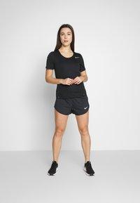 Nike Performance - W NK CITY SLEEK TOP SS - T-shirt print - black/reflective silver - 1