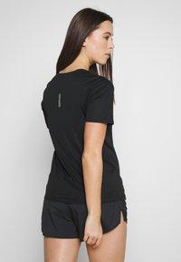 Nike Performance - W NK CITY SLEEK TOP SS - T-shirt print - black/reflective silver - 2