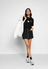 Nike Performance - ICON CLASH WOW - Camiseta estampada - black/white - 1