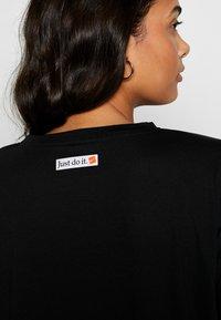 Nike Performance - ICON CLASH WOW - Camiseta estampada - black/white - 5