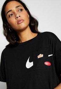 Nike Performance - ICON CLASH WOW - Camiseta estampada - black/white - 3