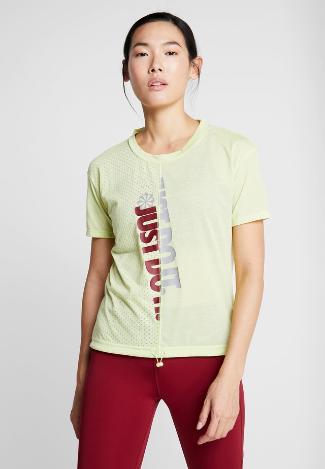 W NK ICNCLSH TOP SS - Camiseta estampada - limelight/team red/reflective silv