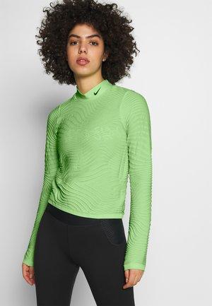 W NK RN CITY  - Maglietta a manica lunga - aphid green/reflect black