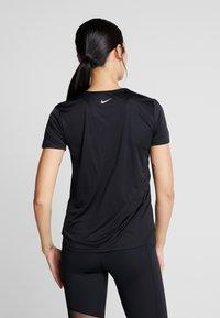 Nike Performance - RUN - T-shirts med print - black/white - 2