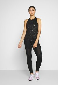 Nike Performance - TANK NIKE TOSS PRINT - Treningsskjorter - black/dark smoke grey - 1
