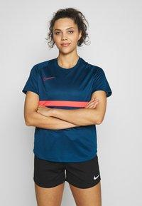 Nike Performance - DRY - T-shirts med print - valerian blue/laser crimson - 0
