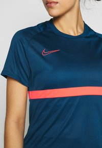 Nike Performance - DRY - T-shirts med print - valerian blue/laser crimson - 4
