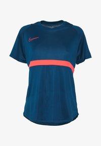 Nike Performance - DRY - T-shirts med print - valerian blue/laser crimson - 3