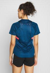Nike Performance - DRY - T-shirts med print - valerian blue/laser crimson - 2