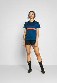 Nike Performance - DRY - T-shirts med print - valerian blue/laser crimson - 1
