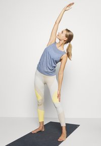 Nike Performance - YOGA RUCHE TANK - Camiseta de deporte - diffused blue/obsidian mist - 1
