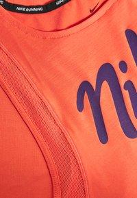 Nike Performance - TANK RUNWAY - Camiseta de deporte - magic ember/eggplant - 2