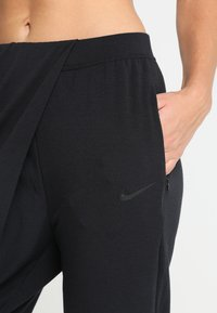 Nike Performance - YOGA LOOSE PANT - Pantalon de survêtement - black/black - 4