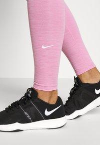 Nike Performance - ONE - Medias - magic flamingo/white - 5