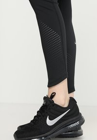 Nike Performance - EPIC - Legginsy - black/silver
