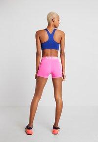 Nike Performance - W NP SHRT 3IN - Pantalón corto de deporte - pink - 2