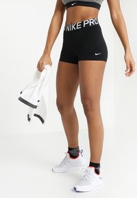 Nike Performance - W NP SHRT 3IN - Leggings - black/white - 0