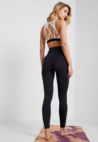 Nike Performance - W NK SCULPT LUX TGHT 7/8 - Tights - oil grey/clear - 2