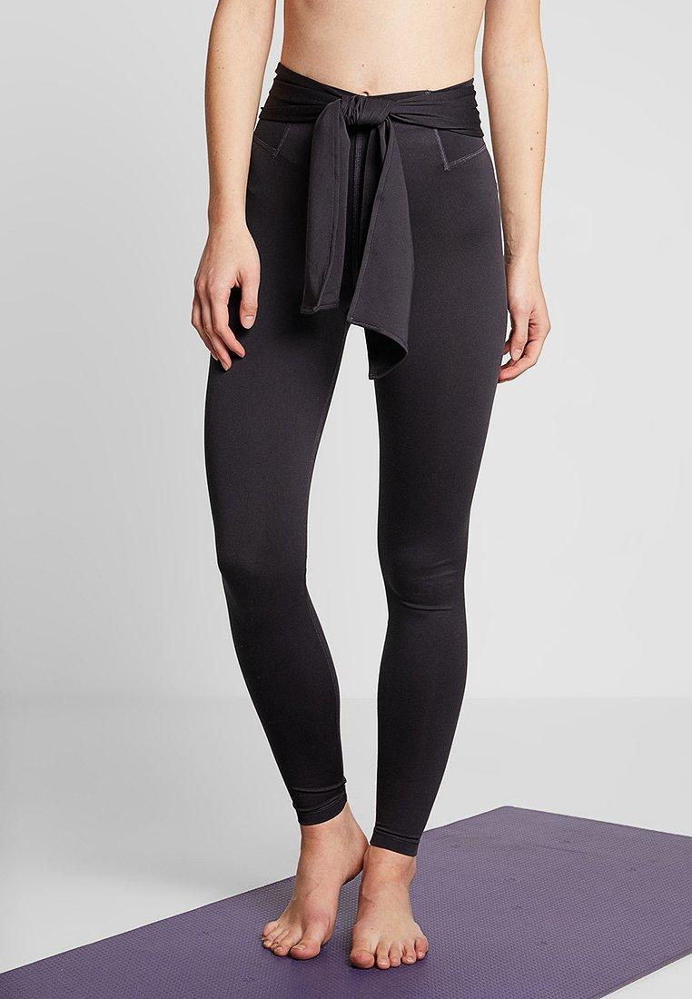 Nike Performance - STUDIO - Legginsy - oil grey/black