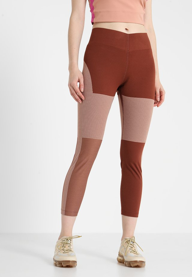TECH PACK CROP - Tights - pueblo brown/rose gold/reflective black