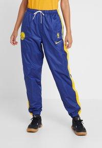 Nike Performance - NBA GOLDEN STATE WARRIORS WOMENS SNAP PANT - Broek - rush blue/amarillo - 0