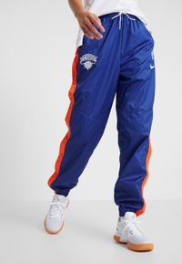 Nike Performance - NBA NEW YORK KNICKS WOMENS SNAP PANT - Klubbklær - rush blue/brilliant ornge - 0