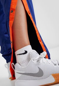 Nike Performance - NBA NEW YORK KNICKS WOMENS SNAP PANT - Klubbklær - rush blue/brilliant ornge - 4