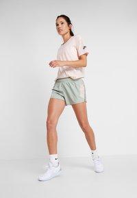 Nike Performance - SHORT REBEL - Pantalón corto de deporte - jade horizon/juniper fog/bright crimson - 1