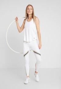 Nike Performance - ONE ICON - Collant - white/metallic gold/black - 1