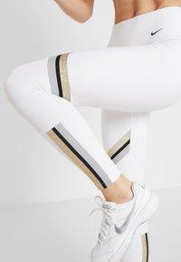 Nike Performance - ONE ICON - Collant - white/metallic gold/black - 5
