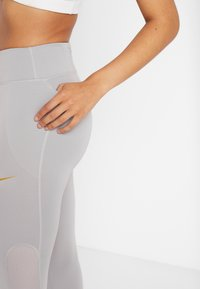 Nike Performance - FAST GLAM DUNK - Leggings - atmosphere grey/metallic gold - 3