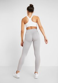 Nike Performance - FAST GLAM DUNK - Leggings - atmosphere grey/metallic gold - 2