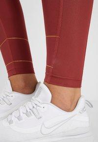 Nike Performance - FAST GLAM DUNK - Trikoot - cedar/metallic gold - 5