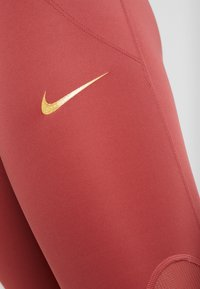Nike Performance - FAST GLAM DUNK - Trikoot - cedar/metallic gold - 7