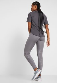 Nike Performance - FAST - Legging - gunsmoke/white