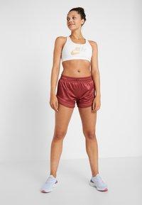 Nike Performance - SHORT GLAM - Sports shorts - cedar/metallic gold - 1