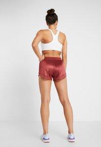 Nike Performance - SHORT GLAM - Sports shorts - cedar/metallic gold - 2