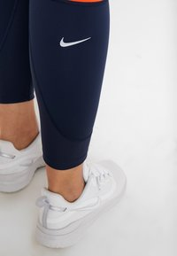Nike Performance - EPIC LUX - Legginsy - obsidian/team orange/silver - 5