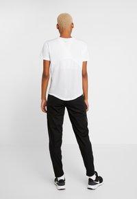 Nike Performance - SHIELD PROTECT PANT - Joggebukse - black/silver - 2