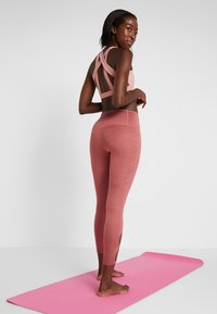 Nike Performance - YOGA  - Legginsy - cedar/heather/light redwood/black - 2