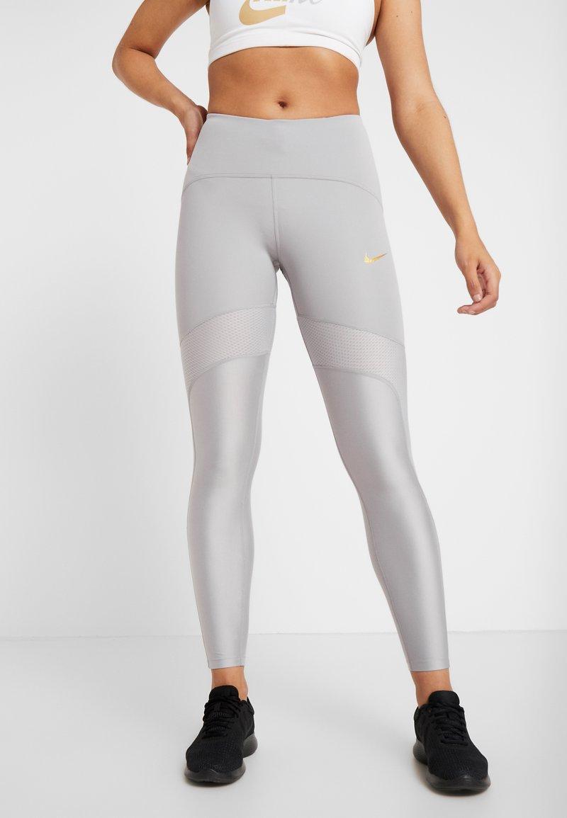 Nike Performance - SPEED GLAM - Collant - atmosphere grey/metallic gold