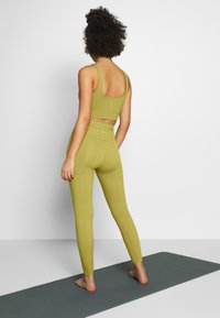 Nike Performance - THE YOGA LUXE - Legging - quantum moss/saffron quartz - 2