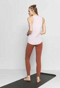 Nike Performance - THE YOGA LUXE - Medias - red bark/terra blush - 2