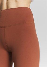 Nike Performance - THE YOGA LUXE - Medias - red bark/terra blush - 5