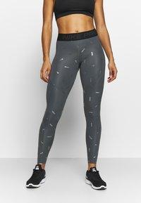 Nike Performance - TOSS PRINT - Leggings - iron grey/black - 0