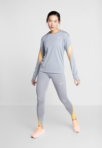 Nike Performance - FAST RUNWAY - Medias - particle grey/laser orange - 1