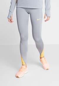 Nike Performance - FAST RUNWAY - Medias - particle grey/laser orange - 0